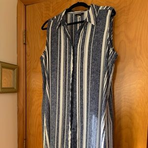 Sleeveless tunic shirt with side slits
